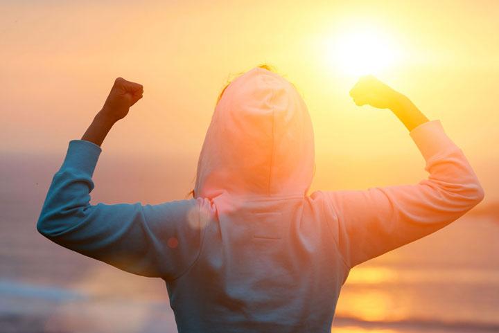 مرد شادمان رو به روی خورشید